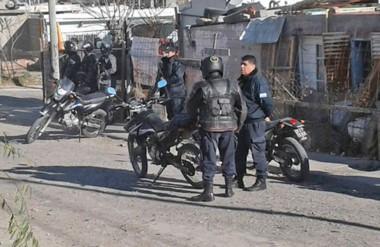 Los refuerzos policiales arribaban donde se ocultaron los asaltantes detrás de unas  rejas con tela  azul.