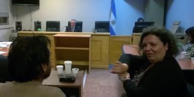 Uno de los acusados es sordomudo y en la audiencia tuvo una intérprete de señas para testimoniar.