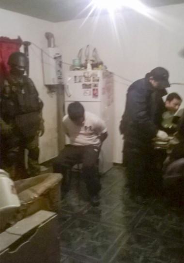GEOP se llevó detenido a un sujeto en el allanamiento de madrugada.