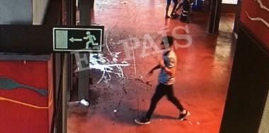 En esta escena extraída de un video, proporcionada por el diario español El País, un sospechoso que se cree es Younes Abouyaaqoub es grabado por una cámara de seguridad.