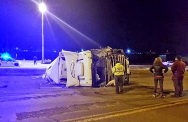 El camión quedó volcado sobre uno de sus laterales, posición en la que embistió un poste de luz.