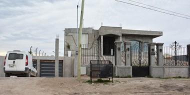 Los delincuentes sortearon el perímetro de la vivienda para reducir a la familia y atarlos con alambres.