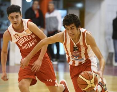 """En la categoría U15, los chicos de Racing vencieron a Huracán por 54 a 47 en el gimnasio """"Atilio Viglione""""."""