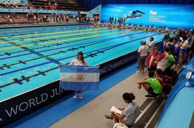 Julieta Lema con la bandera nacional, en el natatorio sede del Mundial Juvenil de Natación en Indianápolis.
