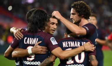 Abrazos para Cavani, autor de dos goles en el triunfo del PSG.