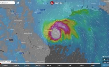 Imagen del poderoso huracán Harvey a horas de tocar tierra sobre Texas. La tormenta llegó a la peligrosa categoría 3 con vientos sostenidos de más de 190 km/hora. (Windy.com)