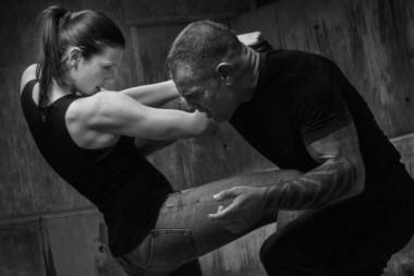 En los talleres se enseña técnicas básicas en defensa personal a las mujeres participantes.