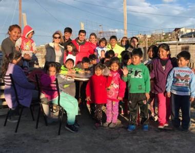 Día de festejo. Niños de barrios afectados por el temporal recibieron juguetes en la ciudad petrolera.