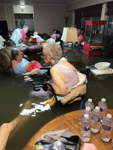 La imagen, ampliamente difundida en redes sociales, muestra a un grupo de ancianas de la residencia