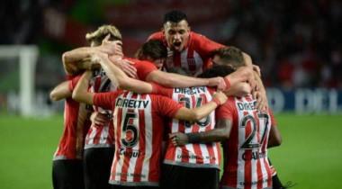Estudiantes reaccionó en el tramo final del partido y se lo dio vuelta a Arsenal.