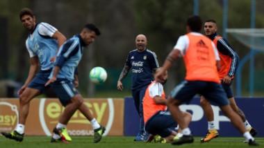 Sorpresa en la práctica de la Selección: Sampaoli probó un once sin Mascherano y con Acosta de titular.
