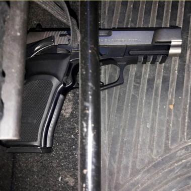 La pistola Bersa calibre 40 y las municiones fueron incautadas.