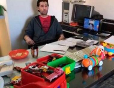 Atrincherado. El oficial Silva y una postal dentro de la dependencia.