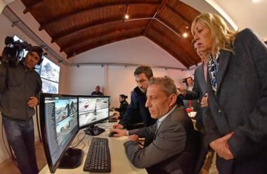 Chequeo. Arcioni, Artero y el resto de los funcionarios revisan el funcionamiento de los domos.