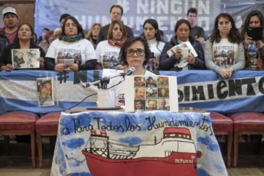"""Acompañados por la multisectorial """"Ningún hundimiento más"""", los familiares de las víctimas se manifestaron frente al Palacio Municipal marplatense."""