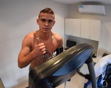Santos Borré se hizo ayer la revisión médica y hoy entrenó con el plantel de River.