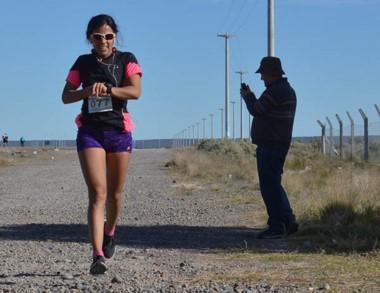 La atleta Roxana Vallejos detiene el cronómetro arribando a la meta.