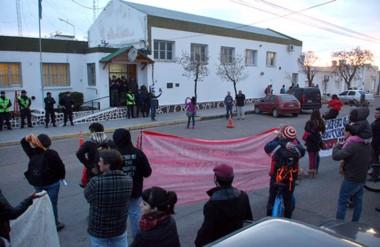 Los manifestantes se trasladaron hasta la delegación de Gendarmería y repudiaron a la fuerza federal.