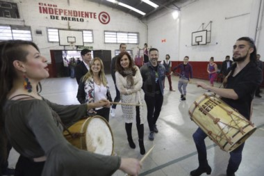 Cristina Kirchner estuvo acompañada por el intendente anfitrión de Merlo, Gustavo Menéndez, y los candidatos a concejales de Unión Ciudadana.