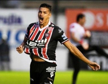 Rodrigo Salinas, goleador de la B Nacional en el ascenso de Chacarita, vuelve al fútbol argentino.