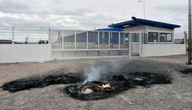 Protesta. Los rastros de las cubiertas quemadas en la planta.