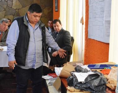 Reencuentro. Millatruz, exjefe de Drogas Peligrosas, junto con parte de la evidencia que él mismo recolectó.