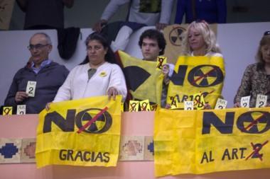 Un centenar de militantes contra la planta nuclear asistieron a la sanción de la ley.