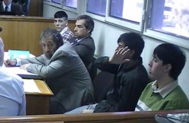 Los tres acusados escuchando ayer la decisión del tribunal conformado por García, Moreno y Piñeda.