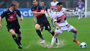 Tigre y Chacarita empataron bajo el agua en el torneo pasado, en San Martín.