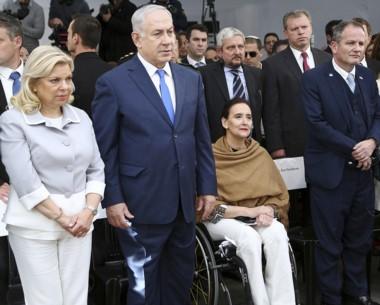Netanyahu junto a su esposa Sara y la vicepresidente Gabriela Michetti.