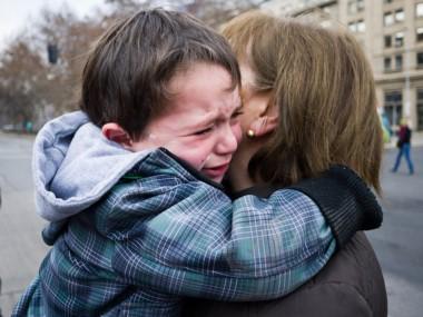 Los hermanos se fueron del colegio y se encontraron con su madre. La víctima abrazó a su mamá y rompió en llanto, luego se desmayó y tuvo una muerte súbita. (Imagen ilustrativa)