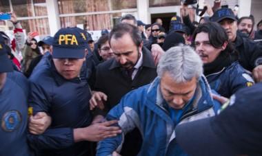 Ojo de la tormenta. El juez Otranto debió recurrir a un fuerte cordón policial ante el enojo de los manifestantes y entre insultos y empujones.
