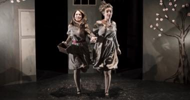Durante la obra, Pilar Murano y Maite Luchelli Fassa, encarnan diversos personajes, momentos e historias.
