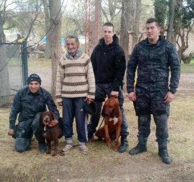 Segundo Acosta junto a personal policial y los canes