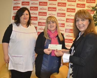 Las responsables de la realización de la Feria del Libro de la Escuela Nº 167 recibieron el donativo.