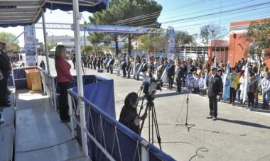 Desfile. La intendente Artero autoriza el inicio del tradicional desfile, luego de un discurso de muy fuerte tono político en protesta por la deuda.