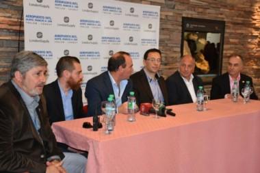 Las  autoridades locales brindaron una conferencia de prensa tras la llegada del vuelo inaugural