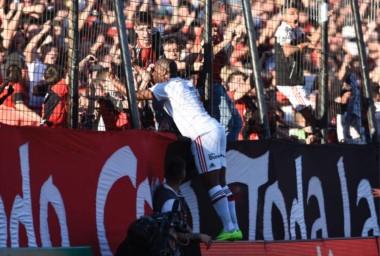 Con goles del portugués Leal (foto) y de Joaquín Torres, el Rojinegro venció 2-0 a Olimpo.