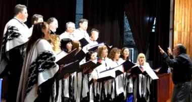 El Coro Municipal de Rawson con la dirección del maestro Héctor Oxilia interpretó tres obras alusivas.