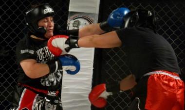 Antes del festival profesional en el Municipal 1, hubo una serie de peleas amateurs que le dieron calor a la jaula trelewense.