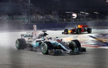 Hamilton se quedó con el Gran Premio de Singapur. Daniel Ricciardo y Valtteri Bottas completaron el podio.