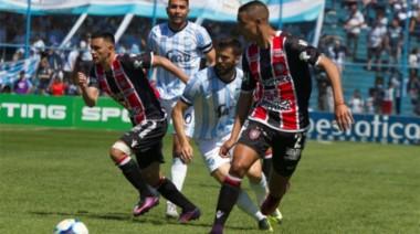 Chacarita está último en las dos tablas y necesita ganar de manera urgente.
