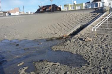 Sucio. La indeseable postal de los líquidos contaminantes ensuciando la playa que pisan los vecinos del sur.