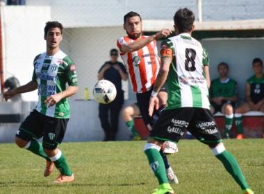 Rodrigo Bona disputa la posesión del balón con Alan Rubio y Darío Pellejero. Tanto Racing como Germinal están obligados a hacer campañas sin fallos.