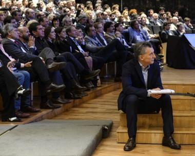 Macri descansa durante un momento de la reunión con su gabinete.