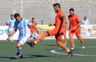Damián Salinas controla el balón  y elude la marca de Diego Galván. J.J. Moreno marcha puntero en el Norte.