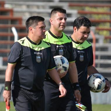 Dos Santos, flanqueado por Díaz y Lara, quien marcó el offside de Linares.