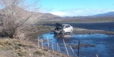El automóvil quedó tendido sobre un pequeño islote elevado dentro de una laguna de aguas filtradas.