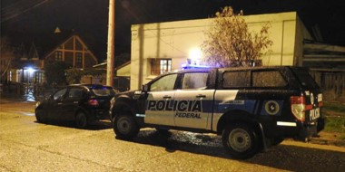 Momentos en que efectivos policiales se introducían al local que había sido espiado dos meses.