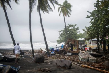 Huracán María llega a Puerto Rico con vientos de 250 km/h.